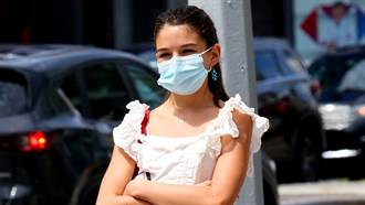 14歲星二代舒莉中空上街 粉色針織衫散發少女活力
