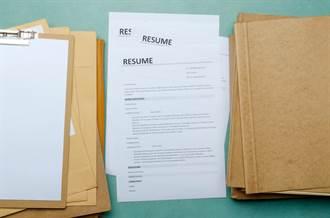 老闆把履歷、資遣名單擺神桌卜卦 員工傻眼:信神力還能力?