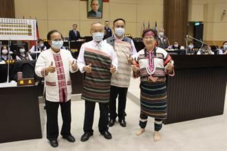 苗栗縣議員議員換穿傳統服飾 要求重視原民