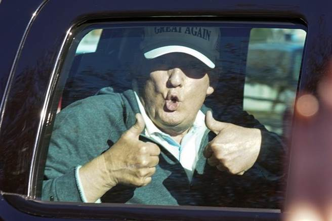 圖中是8日媒體已普遍傳出計票結果川普確定落敗後,正在打高爾夫球的川普返回白宮前在車內向支持者比出大姆指。(圖/美聯社)
