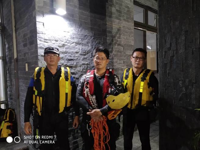 花蓮縣消防局出動3人上山救援受困的7名泡湯民眾。(花蓮縣消防局提供/羅亦晽花蓮傳真)