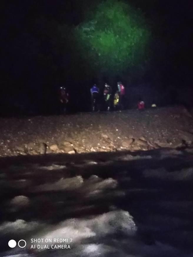 新北遊客到花蓮泡野溪溫泉,受困萬里溪沙洲,消防局獲報立即派員前往救人。(花蓮縣消防局提供/羅亦晽花蓮傳真)