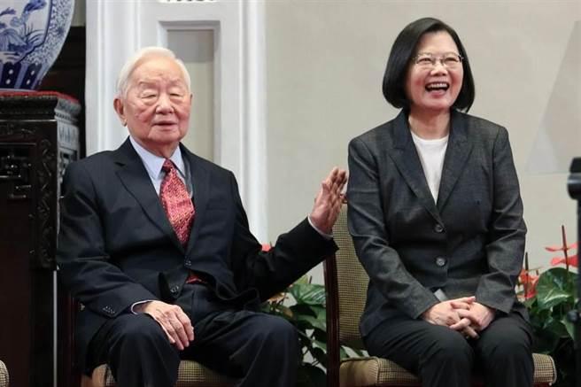 蔡英文總統(左)宣布由台積電創辦人張忠謀(右)擔任APEC領袖代表。(黃世麒攝)