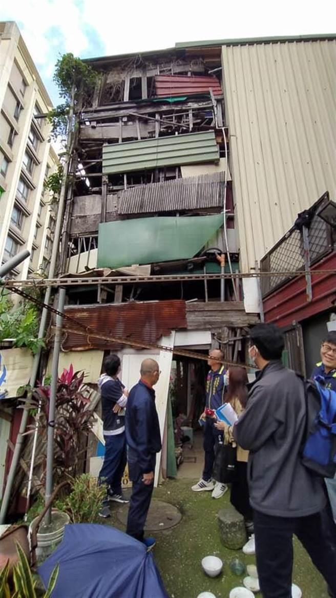 淡水里長揭發5層樓高「木板屋」強佔國有地(戴上容翻攝)