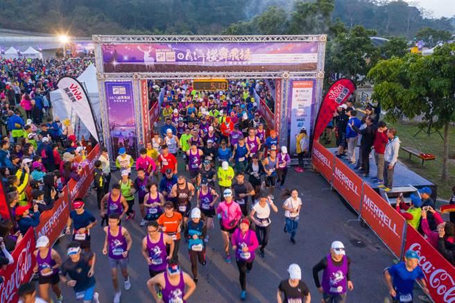 日月潭櫻舞飛揚路跑活動去年出發畫面。(大會提供)