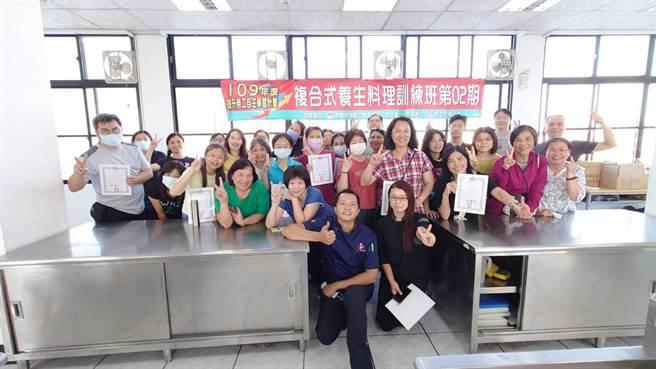 新竹市總工會辦理的「勞工自主學習計畫─複合式養生料理訓練班」第02期近日結業,30位學員們習得勞工安全與食品安全衛生及36道養生料理的專業技能。(陳育賢攝)