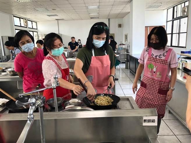 複合式養生料理訓練班學員們習得勞工安全與食品安全衛生及36道養生料理的專業技能。(陳育賢攝)