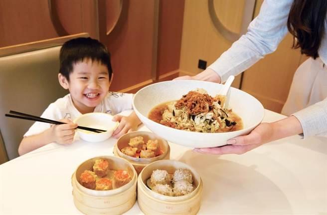 六福攜手7-11及全聯,指定預購開賣客棧經典名菜。(六福旅遊集團提供)
