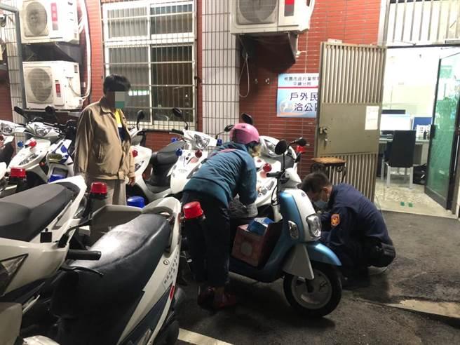 警方協助婦人處理電動車沒電問題。(平鎮警分局提供/呂筱蟬桃園傳真)