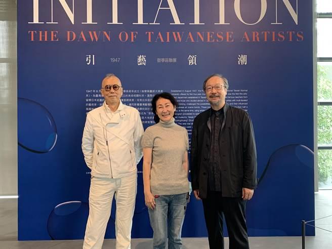 亞洲大學現代美術館即日起舉辦「引藝領潮-1947‧鼓亭莊聯展」,策展人李梅齡(中)與藝術家林磐聳(右)、韓湘寧(左)合影。(林欣儀攝)