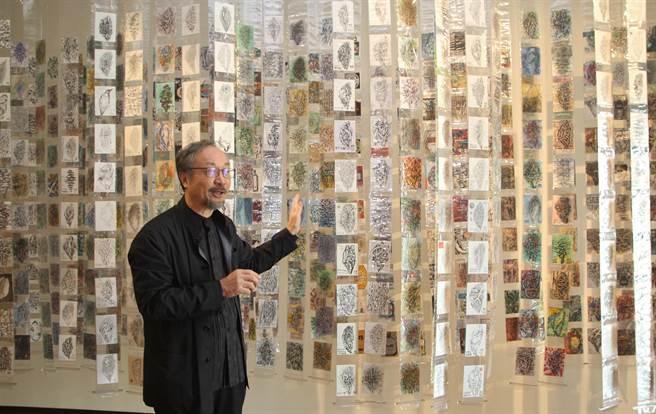 亞洲大學講座教授林磐聳以1200張明信片為素材,創作「台灣家書」作品。(林欣儀攝)