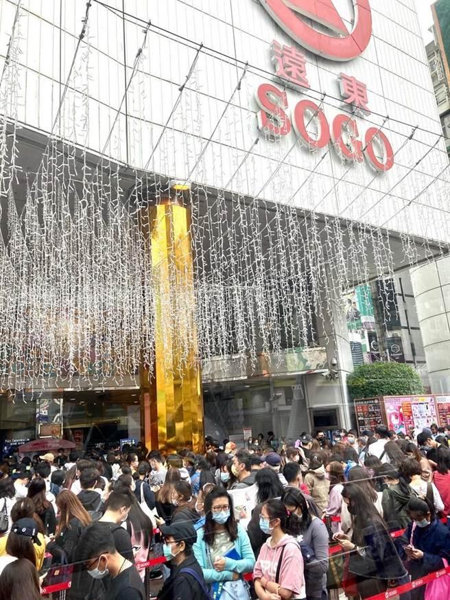 (台北東區SOGO百貨周年慶人潮、業績大噴發。圖/李麗滿攝)