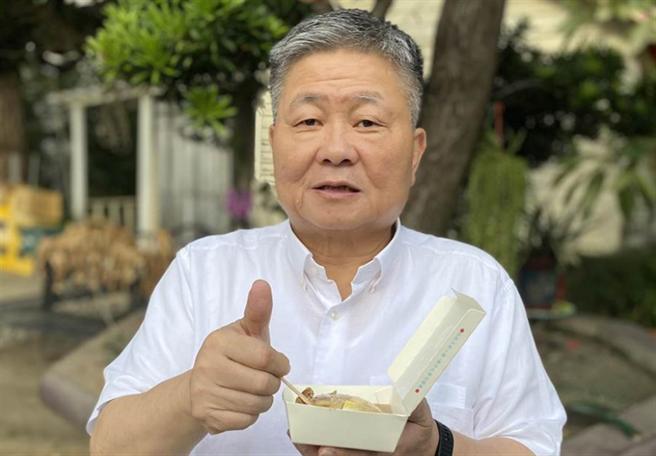 顏清標託助理買碗粿,還豎起大拇指讚好吃。(顏莉敏服務處提供/陳淑娥台中傳真)
