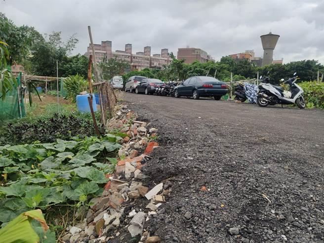桃園市八德傑克冒險公園旁有建商為讓建地臨路,10月初在尚未徵收的都市計畫道路以廢棄磚頭等刨除料鋪路。(賴佑維攝)