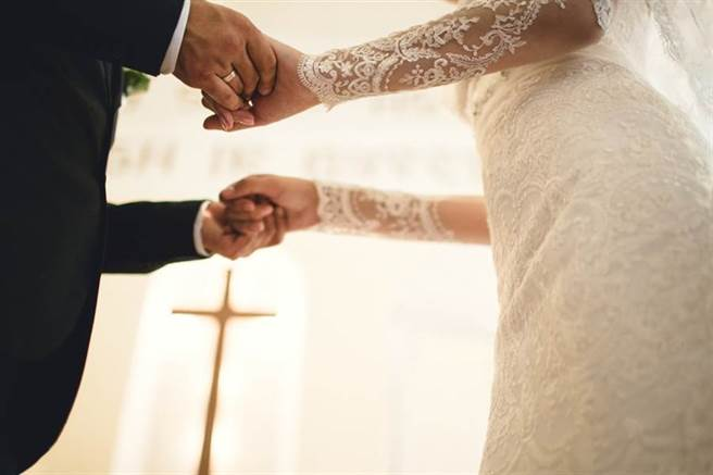 認識18天爽娶嫩妻 衰男婚後秒破產還被告騙婚(示意圖/達志影像)
