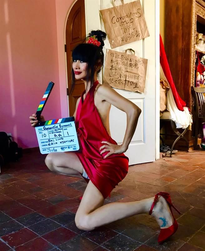 白靈在美國自導自演《我和衛生紙的隔離戀情》。(白靈提供)
