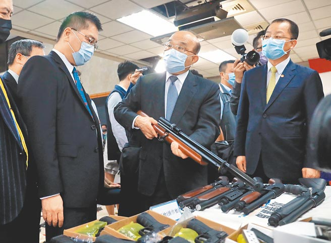 刑事局破獲史上最大宗走私子彈案。行政院長蘇貞昌(中)9日在內政部長徐國勇(左)、刑事局長黃明昭(右)等陪同下,慰勉辦案人員。蘇聽簡報時,好奇拿起長槍詢問查緝經過。(黃世麒攝)