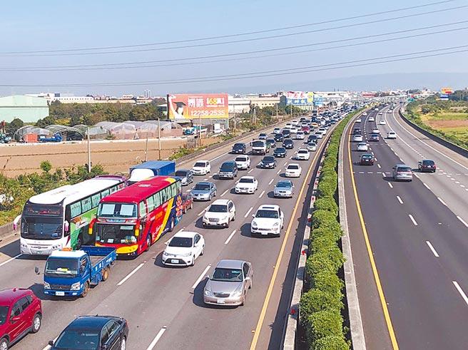 彰化為台灣西部走廊的人口大縣,每逢節日必定塞車,民眾早已習慣。(吳建輝攝)