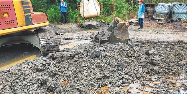 不法集團刻意弄破貝克桶,導致廢溶劑傾倒於土地,造成汙染。(檢方提供/林瑞益高雄傳真)