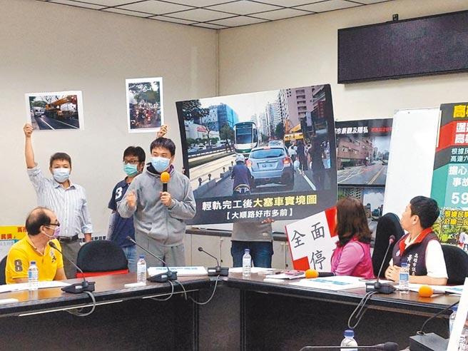 高雄輕軌爭議路段居民9日在議會抗議,要求全面停工。(曹明正攝)