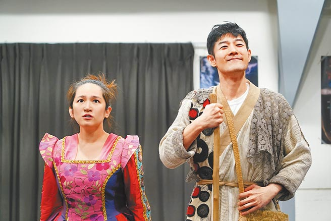 施易男(右)在《大寶神珠》中飾羅美玲命定的男人。(夢蓮花文藝基金會)