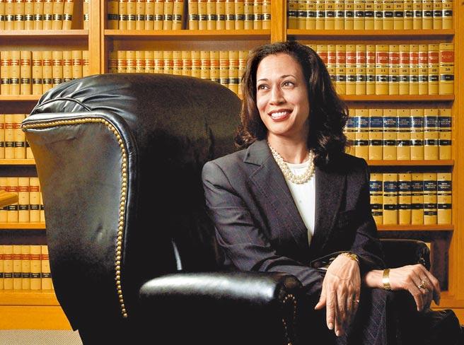 賀錦麗以深色套裝搭配珍珠項鍊,建立女性政治領袖人的形象。(美聯社)