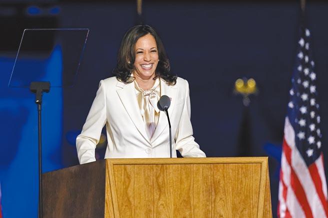 賀錦麗發表勝選演說時,以一身白色褲裝搭配蝴蝶結領的白色絲質襯衫,搭配白色珍珠耳環,白色象徵了神聖、純潔,且宣示支持女權的主張。(美聯社)