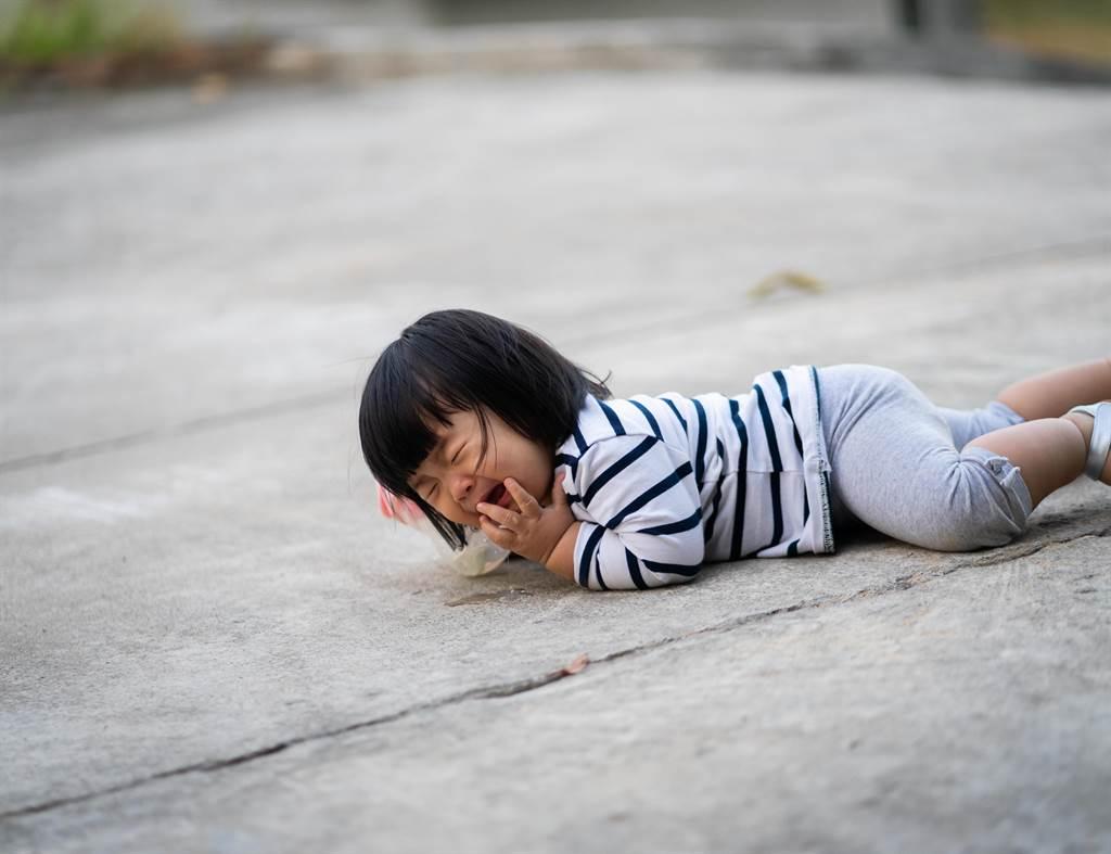 5歲女童路邊跌個狗吃屎 下秒竟真的慘「吃狗屎」!(此為示意圖,和本文無關/達志影像)
