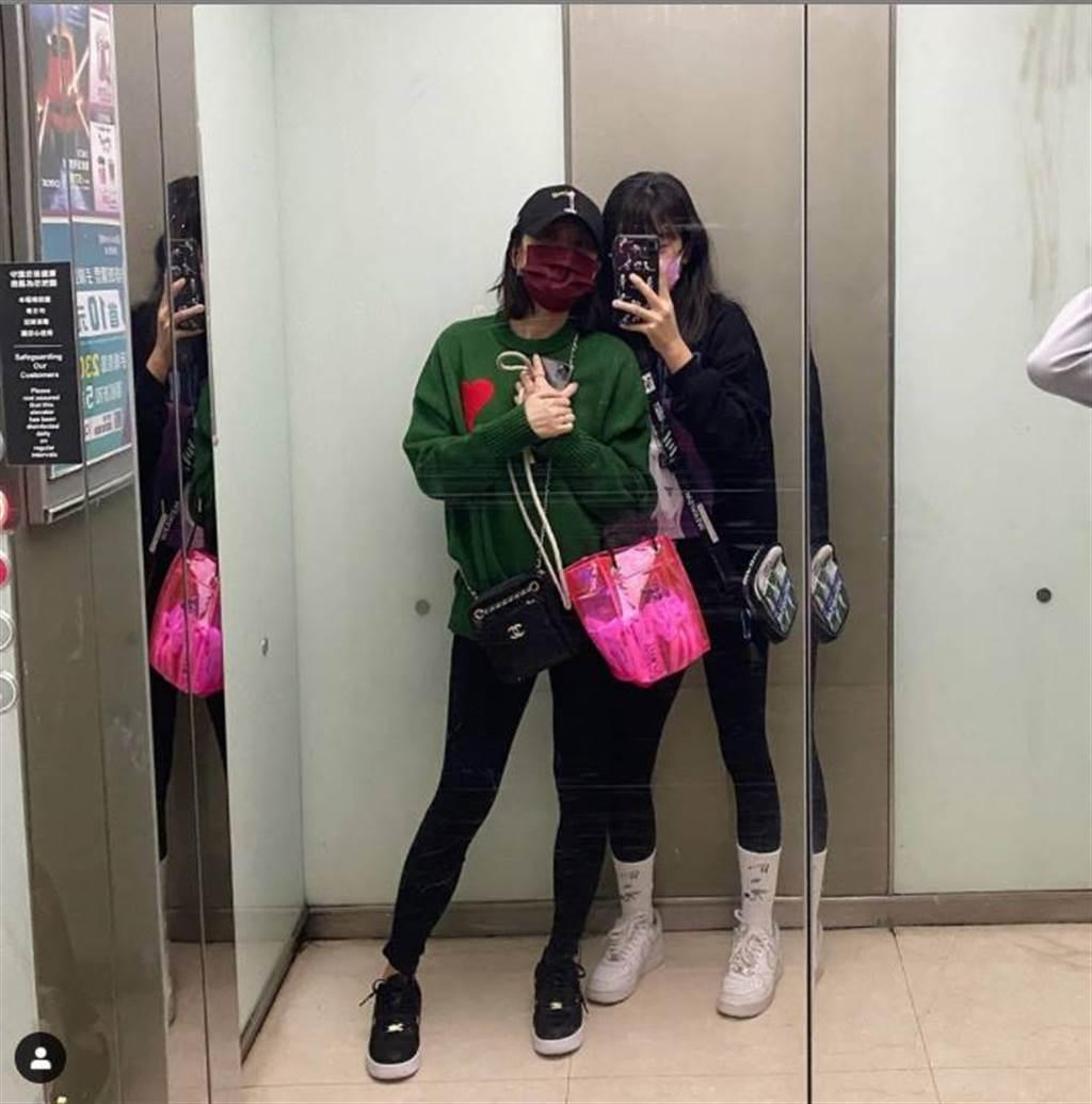 野生賈靜雯和梧桐妹現身戲院看《鬼滅之刃》,母女合照看起來就像姐妹。(圖/取材自梧桐妹 Instagram)