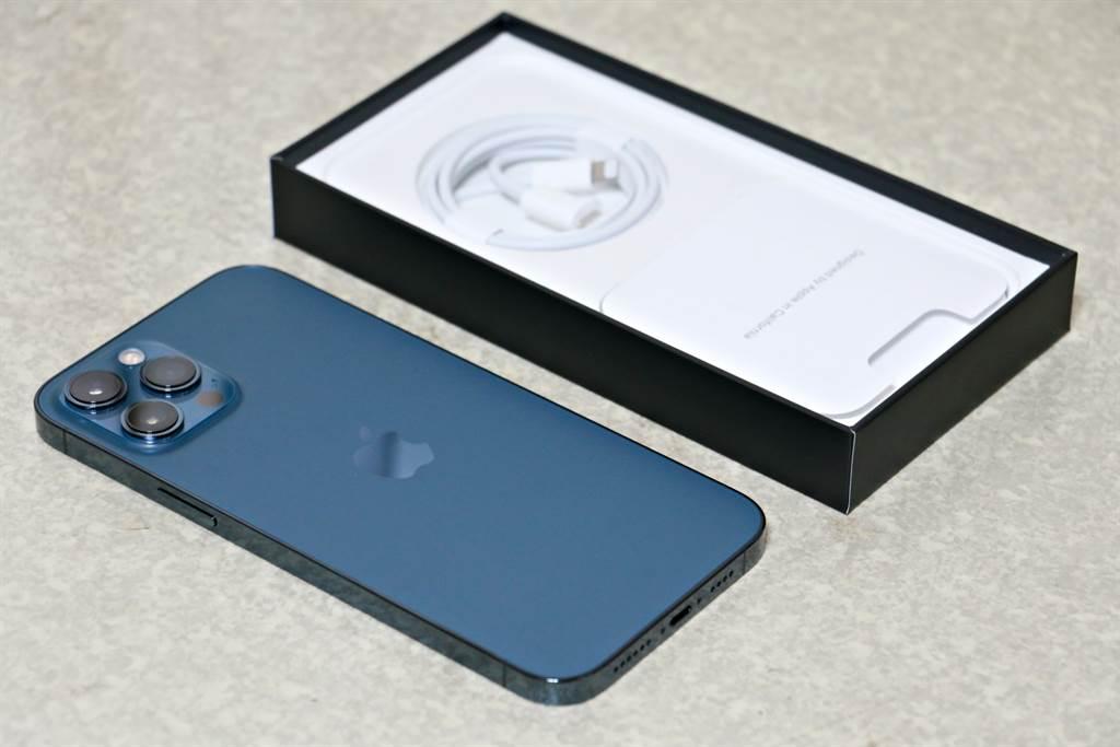 iPhone 12 Pro Max太平洋蓝以及包装盒内配件,仅有充电线。(黄慧雯摄)