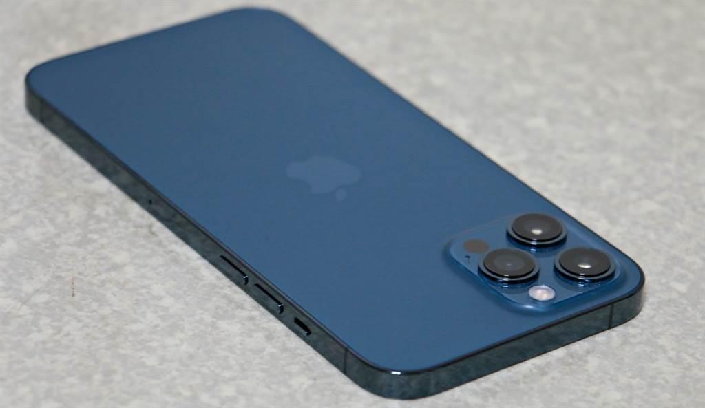 iPhone 12 Pro Max太平洋蓝色左侧机身。(摘自苹果官网)