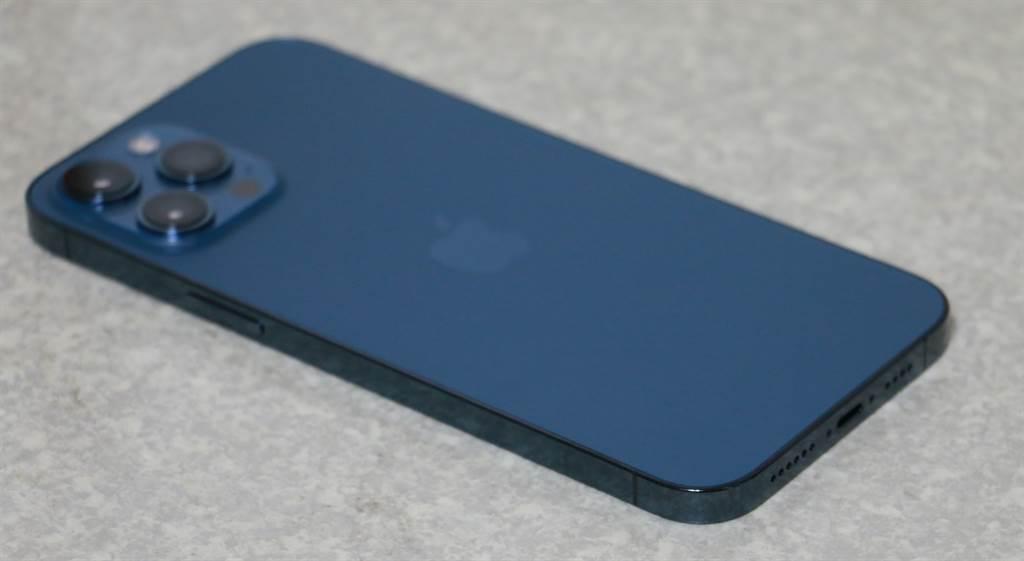 iPhone 12 Pro Max太平洋蓝色右侧机身。(摘自苹果官网)