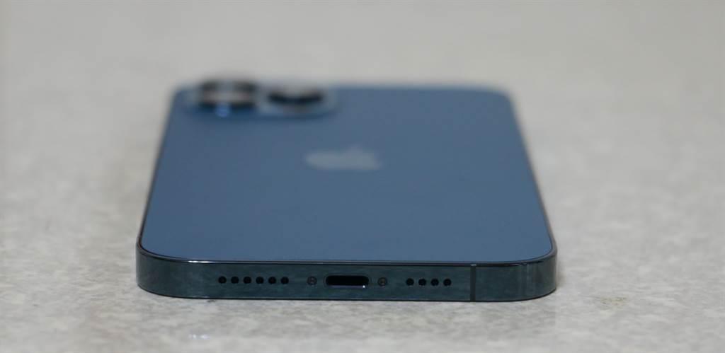 iPhone 12 Pro Max太平洋蓝底部。(摘自苹果官网)