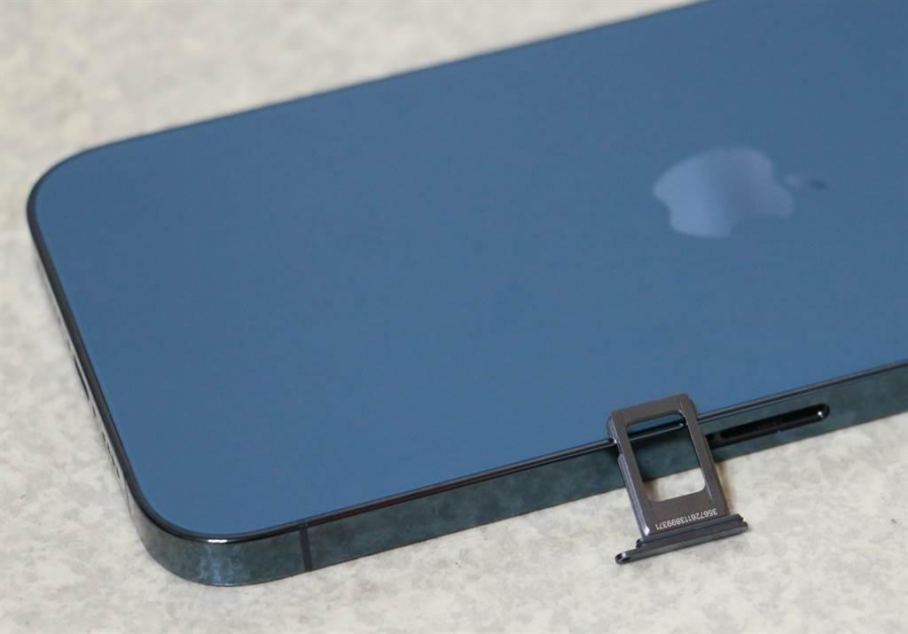 iPhone 12的SIM卡卡槽移到左侧,但是位置更偏中央,卡槽也是金属质感,并与机身顏色相同。(摘自苹果官网)