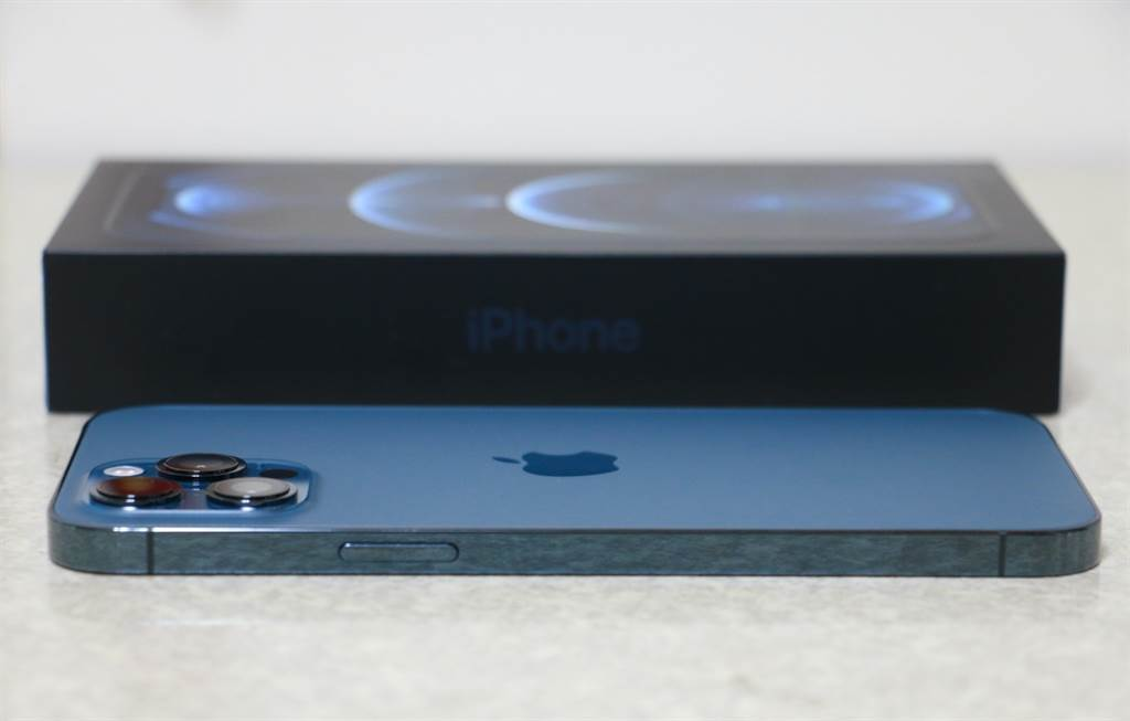 iPhone 12 Pro Max太平洋蓝与包装盒。(摘自苹果官网)