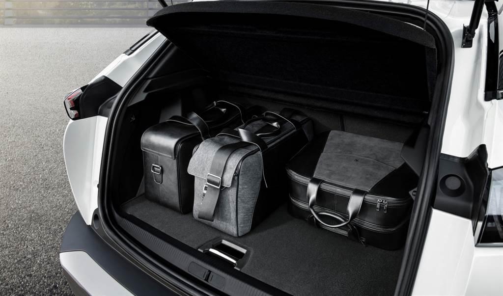 行李廂空間具405L,若將後座椅背傾倒,更可提升至1,467L。