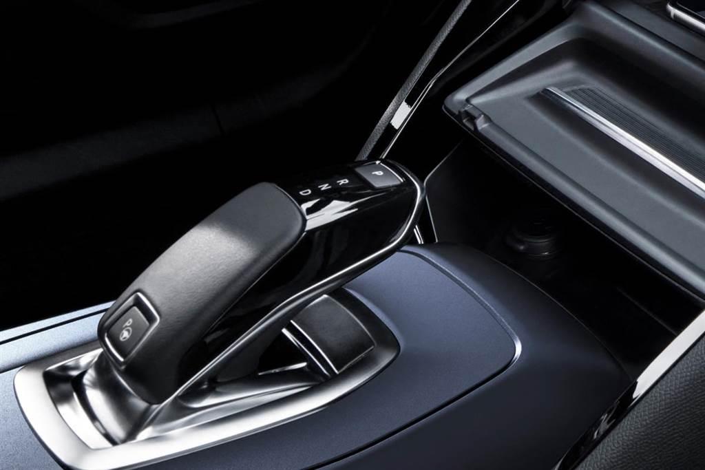 EAT8八速手自排變速箱搭配電傳線控排檔桿。