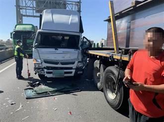 西濱大車棧板掉落 2車追撞致回堵後方7車再撞