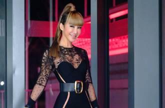 45歲李玟鏤空套裝勾勒超狂纖腰 再現時髦天后風範