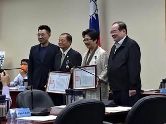 江啟臣任黨主席首例  中常會親頒華夏獎章給溫玉霞、劉雙全