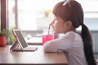 5歲女童每天看平板6小時 醫竟檢查出「二顆白色結石」