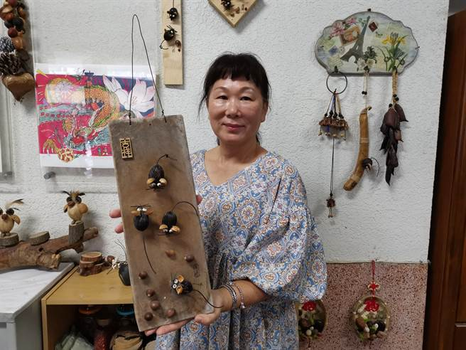 配合今年鼠年生肖,鄭美蓮以狐尾櫚種子創作可愛的老鼠藝術飾品。(劉秀芬攝)