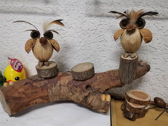 以多種種子做成的貓頭鷹擺飾。(劉秀芬攝)