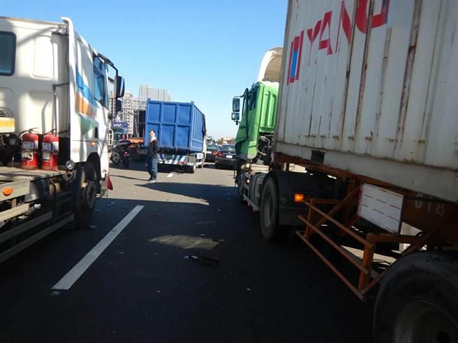 台61線西濱快速道路今天發生兩起車禍,所幸10車無人員傷亡。(民眾提供/陳淑娥台中傳真)
