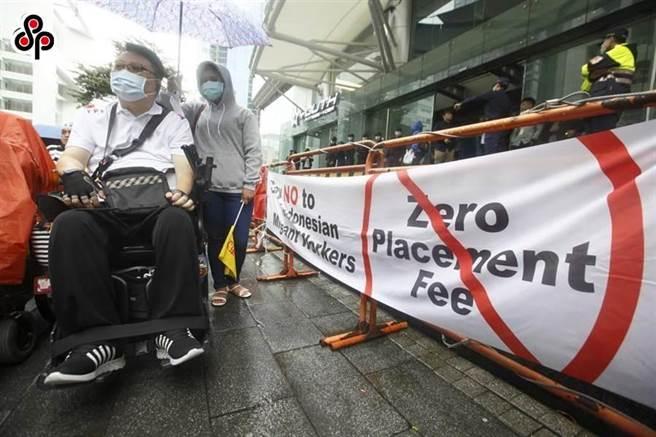 印尼海外勞工保護局今年7月宣布「零付費」,並宣稱機票費、簽證費等費用都將由僱主負擔,引發僱主不滿。(報系資料照)