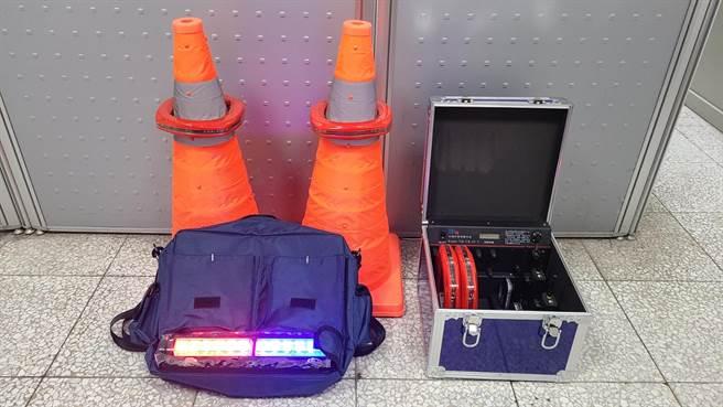 台中市警方添購「警報型警示系統」,在伸縮交通錐上放置。(台中市警察局提供/張妍溱台中傳真)