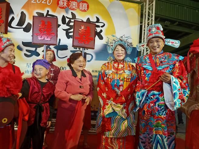 蘇澳鎮長李明哲與妻子徐惠璘11日穿著客家傳統婚禮服飾,在眾人 祝福下「再結一次婚」。(胡健森攝)