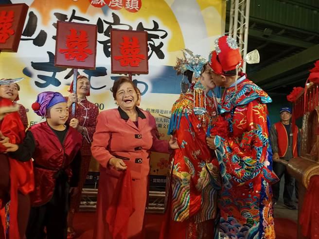 蘇澳鎮長李明哲與妻子徐惠璘11日穿著客家傳統婚禮服飾,在眾人 祝福下「再結一次婚」並應觀眾要求當眾熱吻。(胡健森攝)