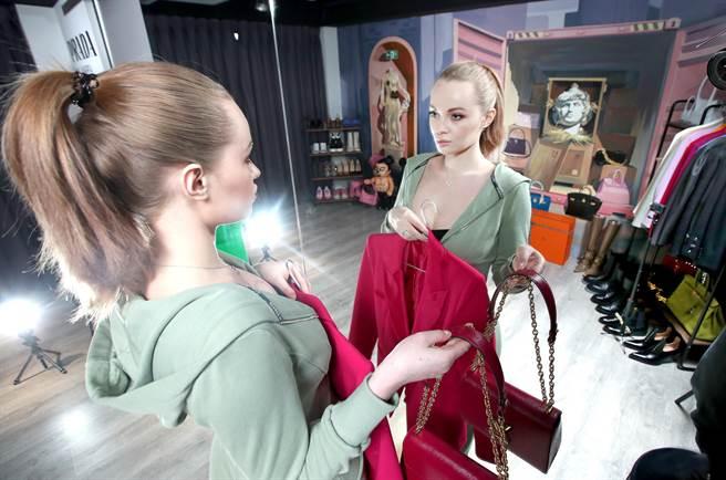 台灣媳婦,來自俄羅斯的倪亞常透過IG分享自己的時尚穿搭。(鄭任南攝)