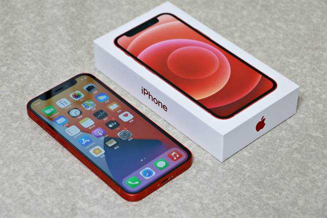iPhone 12 mini以及包裝盒。iPhone 12 mini的包裝盒與iPhone 12一樣是以白色為底,側邊印上與內附手機一樣顏色的iPhone字樣。(黃慧雯攝)